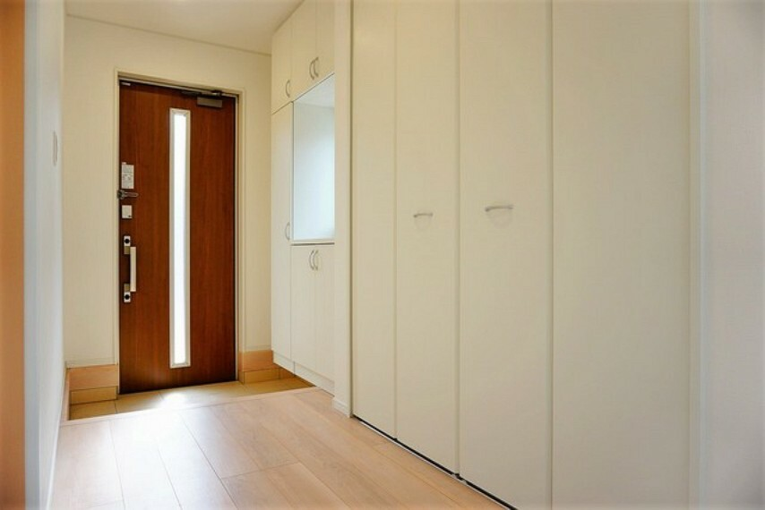 玄関 採光も考えられた明るい玄関は、たっぷり収納できるシューズボックス付き。その横には、家の中をスッキリと快適に保てる収納が付いています。掃除道具などの収納に便利ですね^^