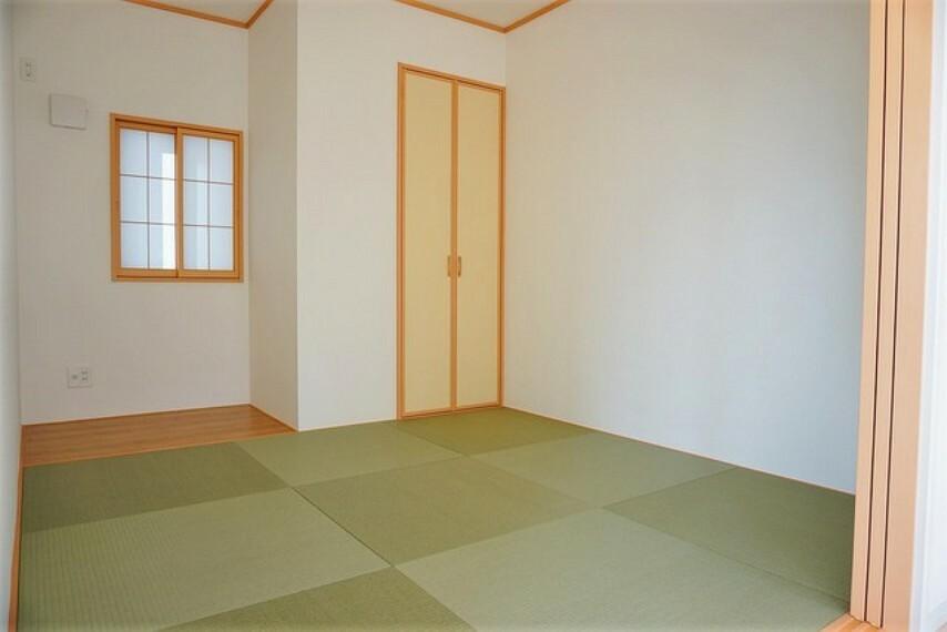 居間・リビング リビング横には5.2帖の和室が設けられています。床の間には季節の飾り物や、花瓶などを飾るのもいいですね^^