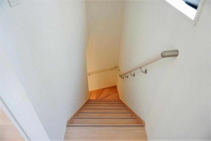 採光も十分に考えられた、踏み場の広い手摺付き階段です。勾配も緩やかに設計されており、高齢の方でも安心できますね^^