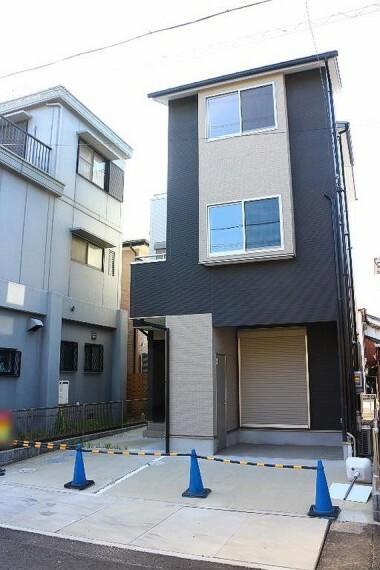 現況外観写真 黒を基調とした都会的な印象の住宅。