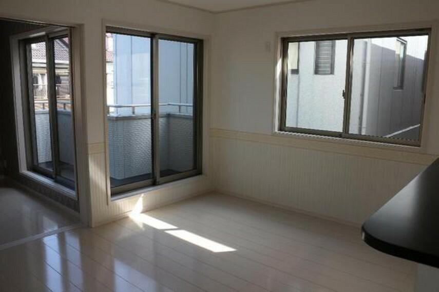 居間・リビング 窓が多いため光が注ぎ込み、心地よい暖かさに満たされるLDK。