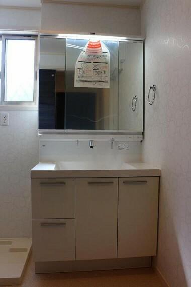 洗面化粧台 三面鏡裏に収納の付いた洗面台。