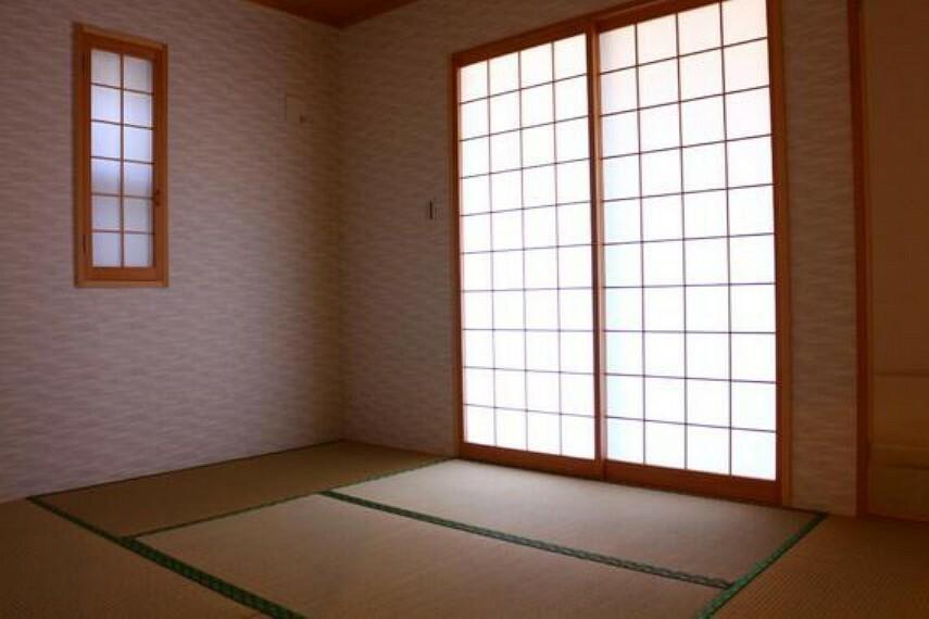 障子から柔らかな日差しが射し込む和室。