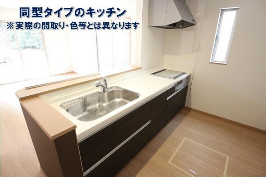 同仕様写真(内観) 現代には欠かせない浄水器内蔵タイプの水栓口になっています。 キッチンパネルは油汚れが付着しにくくお掃除が簡単です。 床下収納もございます。