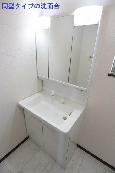 同仕様写真(内観) 同型タイプの洗面台 洗面台は三面鏡で裏側が収納になっているので洗面台をスッキリ使うことができます。