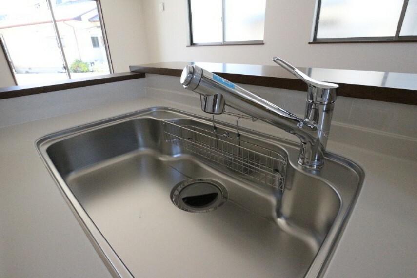 水栓には浄水器が内蔵されています。 また取り外し可能なシャワーヘッドのため、蛇口からだけでは届かない所まで行き届き、シンク掃除のときなど便利です。