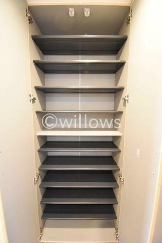 収納 大容量のシューズボックスは可動式の棚になっているのでブーツや運動靴、革靴など何でもスッキリ収納可能です。