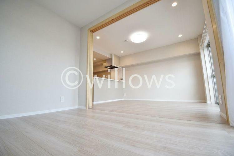 リビング横のお部屋の可動間仕切りを開けて広いリビングとしてお使い頂くことも可能。ライフスタイルに合わせて自由にお使い下さい。
