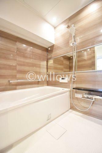 浴室 もっとお風呂が好きになる。お風呂に求める「心地いい」という瞬間のために使いやすさと上質な質感を両立するアイテムを備えた空間を演出。浴室暖房乾燥機、追い炊き機能付きのオートバス。