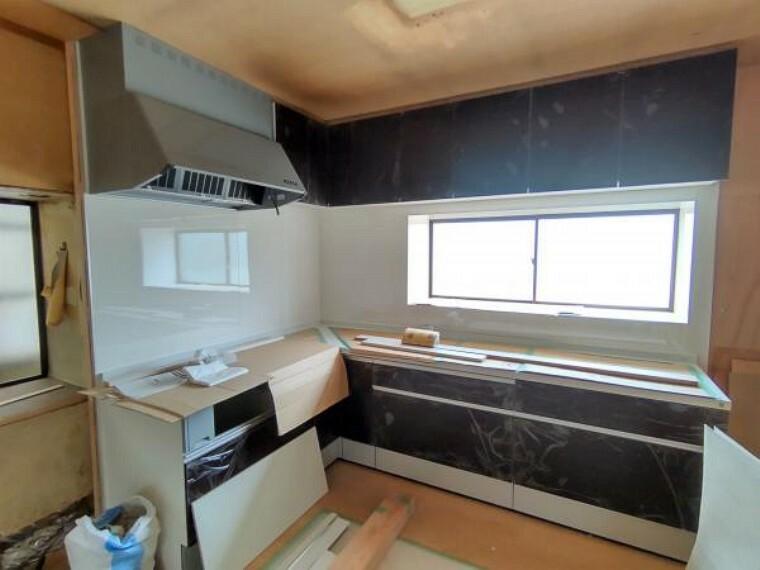 【リフォーム中】ハウステック製のシステムキッチンを新しく取り付けいたしました。3口コンロで調理スペースも広目に確保しましたので料理がはかどりますね。出窓から光が入るので、気持ちよく調理ができそうですね。