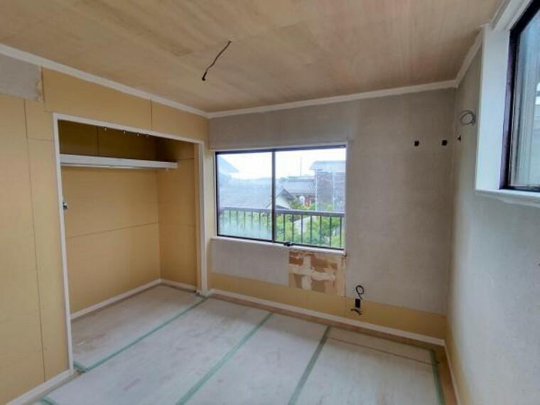 【リフォーム中】2階北西側の広めの洋室(9帖)です。3面採光で明るい空間となっております。クロゼットを設置しており、収納にも困りません。床、壁・天井クロスは新しいものになります。