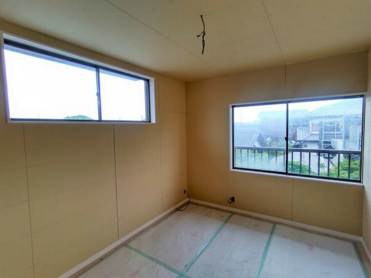 【リフォーム中】2階南東側の洋室(6帖)です。写真には写っていませんが背中側と右側に窓があり2面採光で明るい空間となっております。クロゼットを設置しており、収納にも困りません。