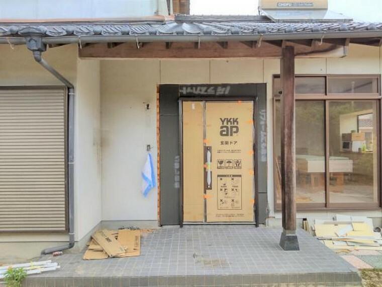 玄関 【リフォーム中】お家の玄関も新しいものへと交換しました。外壁も塗り替えますので外観は見違えること間違いありませんね。鍵も2重ロックですのでセキュリティ面においても安心です。