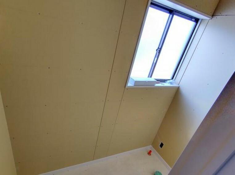 トイレ 【リフォーム中】トイレの写真です。まだ新しい便器は設置しておりませんが、窓のおかげで明るいトイレになってます。