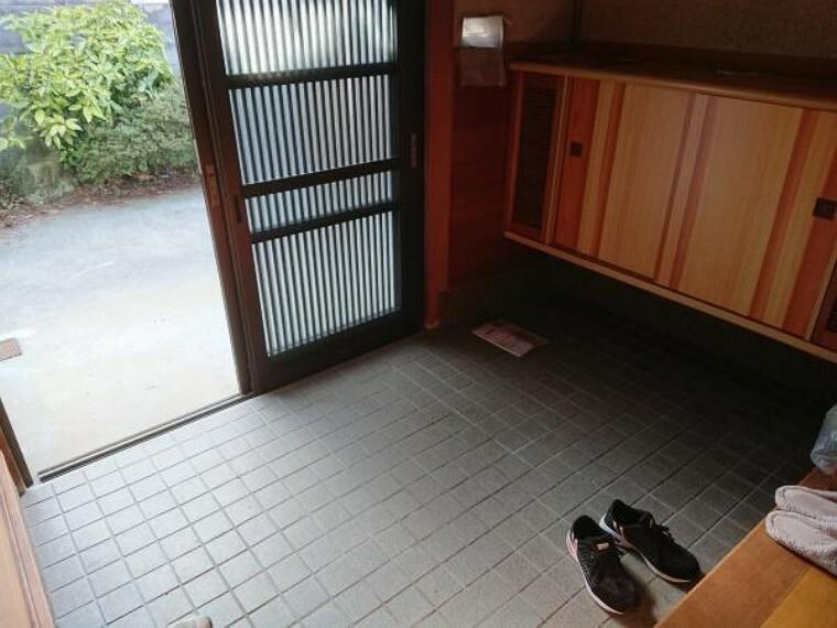 玄関 玄関です。クロス張替え、照明器具交換、玄関収納交換します。