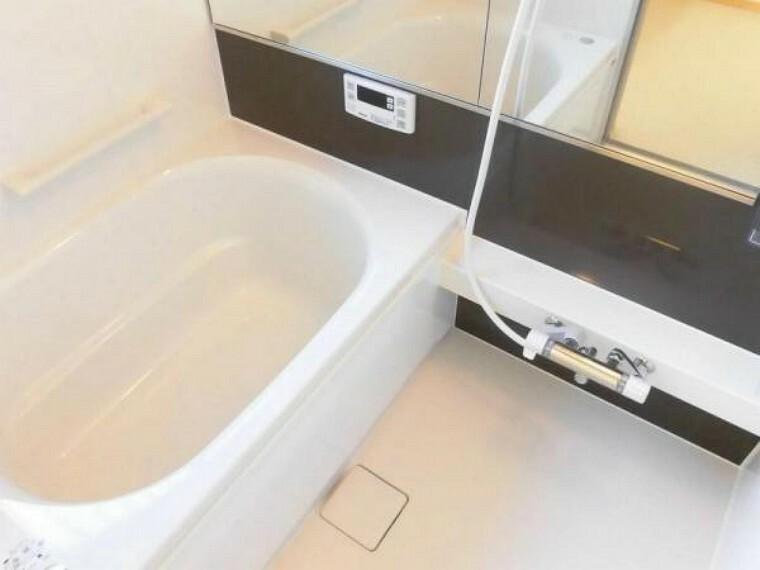 浴室 【同仕様写真】浴室はハウステック製の新品のユニットバスに交換します。浴槽には滑り止めの凹凸があり、床は濡れた状態でも滑りにくい加工がされている安心設計です。※カラー未定