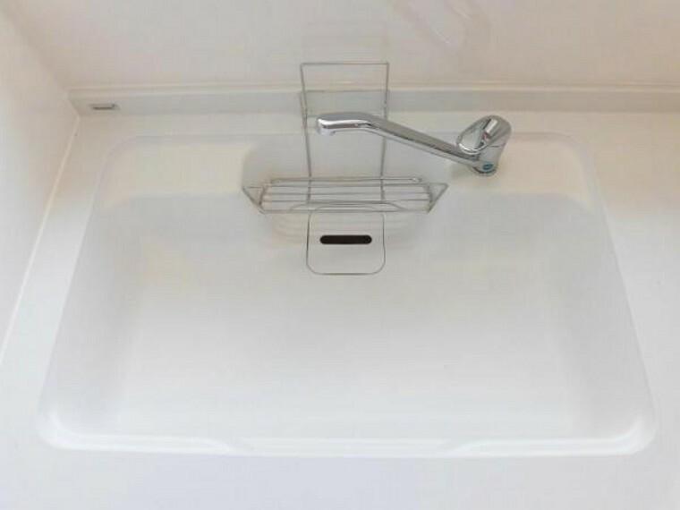 専用部・室内写真 【同仕様写真】新品交換予定のキッチンのシンクは汚れが付きにくく熱に強い人工大理石製です。天板とシンクの境目に継ぎ目がないのでお掃除ラクラク。キッチンをより清潔に保てます。