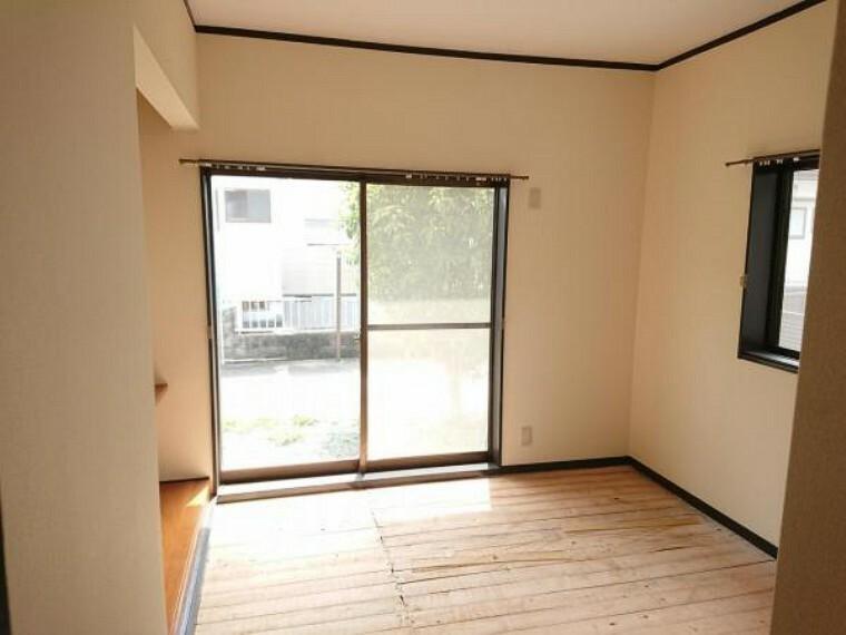 洋室 【リフォーム前写真】6畳の和室は洋室へ間取り変更いたします。南向きで日当たり良く、1畳分の広さのクロゼットを備えています。