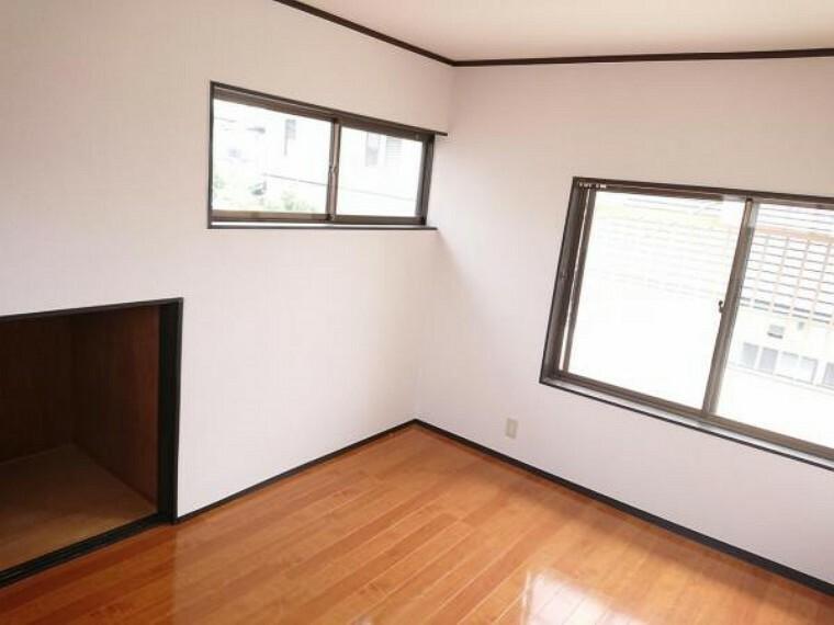 洋室 【リフォーム前写真】2階の洋室の2部屋はフロアの重ね張り、クロスの張替え、照明交換、扉の交換などを行います。