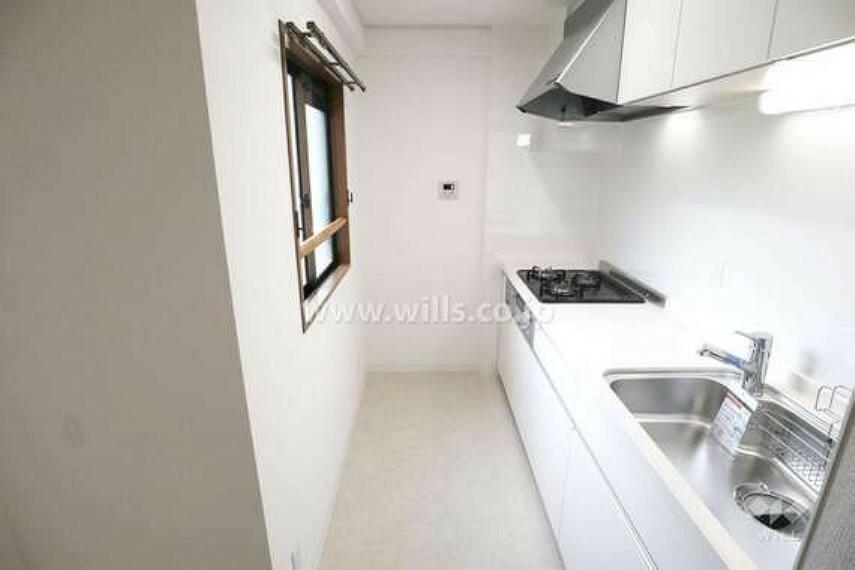 キッチン キッチンの様子。白を基調としたシンプルなデザインです。窓があるので、臭いの強いものを調理しても部屋に臭いがこもりにくいです。