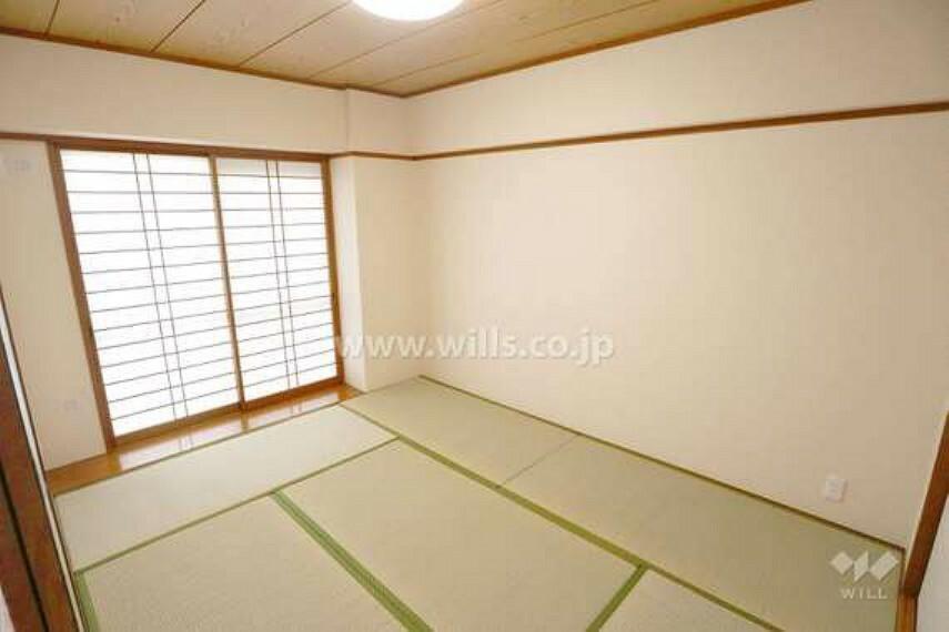 和室の様子。きれいな畳と木の天井のぬくもりでゆっくりと過ごせます。素材の温かみはもちろん見た目にも温かく、くつろぐことのできる空間を演出しています。