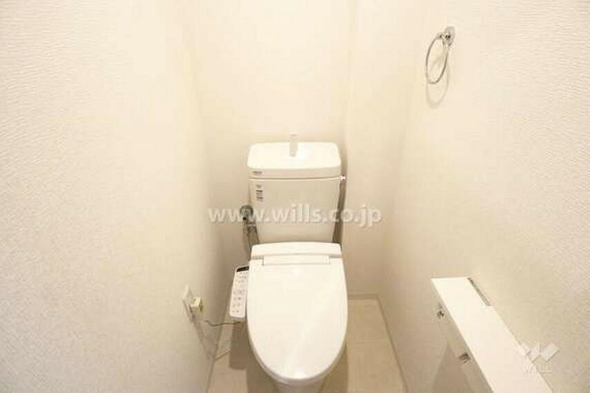 トイレ お手洗いの様子。温水洗浄便座つきなので清潔を保てます。白を基調としていて清潔感があります。