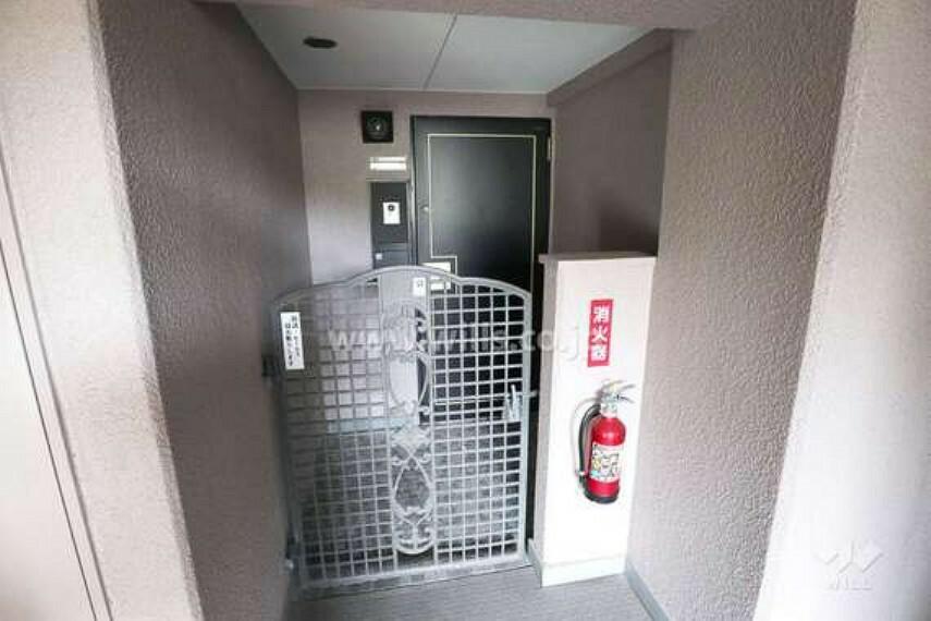 玄関 玄関の様子。アルコーブがあるため、玄関ドアを開けても廊下が塞がらず安全です。