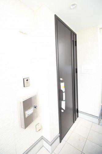 同仕様写真(外観) ■存在感あるスタイリッシュな玄関ドアは、いつもあなたの行き帰りを静かにしっかりと迎えてくれます■