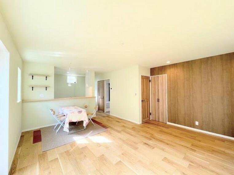 居間・リビング 家族で食卓を囲むダイニングスペースと、ソファでゆったりくつろぐリビングスペースがしっかり区切られているので家具の配置や用途を使いわけしやすいです。