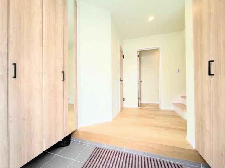 玄関 明るい玄関です!玄関収納で、散らかりやすい玄関もスッキリします。