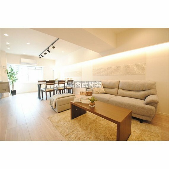 居間・リビング LDKは家族みんなの快適空間。お食事したりおしゃべりしたり、皆の夢がかないます。(家具・調度品は価格に含みません。)