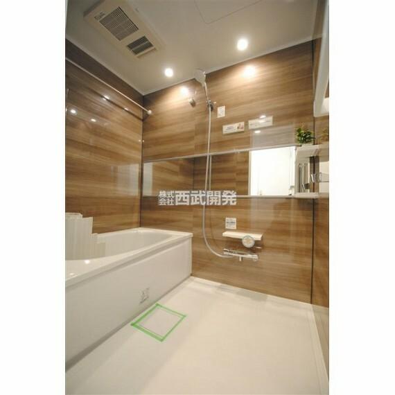 浴室 浴室乾燥機には送風機能もあるので暑い夏には送風を使うと快適なバスタイムになります。寒い冬には予め暖房を使うとヒートショックの可能性を下げられます。(家具・調度品は価格に含みません。)