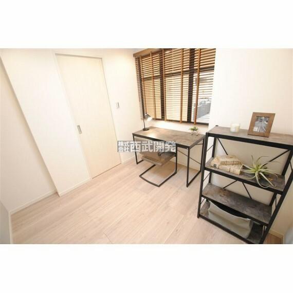 専用部・室内写真 落着いた色合いの居室なので、お部屋でゆっくりと過しやすい広さと雰囲気に仕上がっています。(家具・調度品は価格に含みません。)