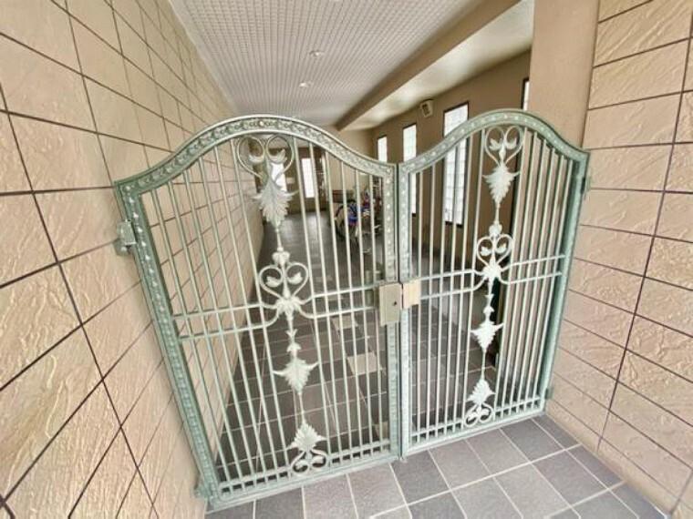 エントランス(外) この門の奥が更に扉がありそちらは鍵がないと入れなくなっています。