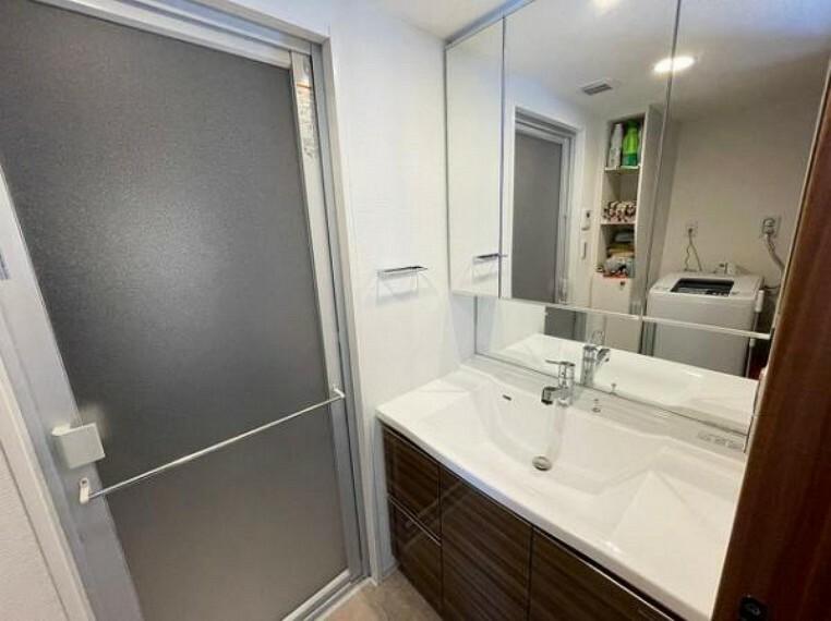 洗面化粧台 洗面室にも収納あり、水回りもスッキリ