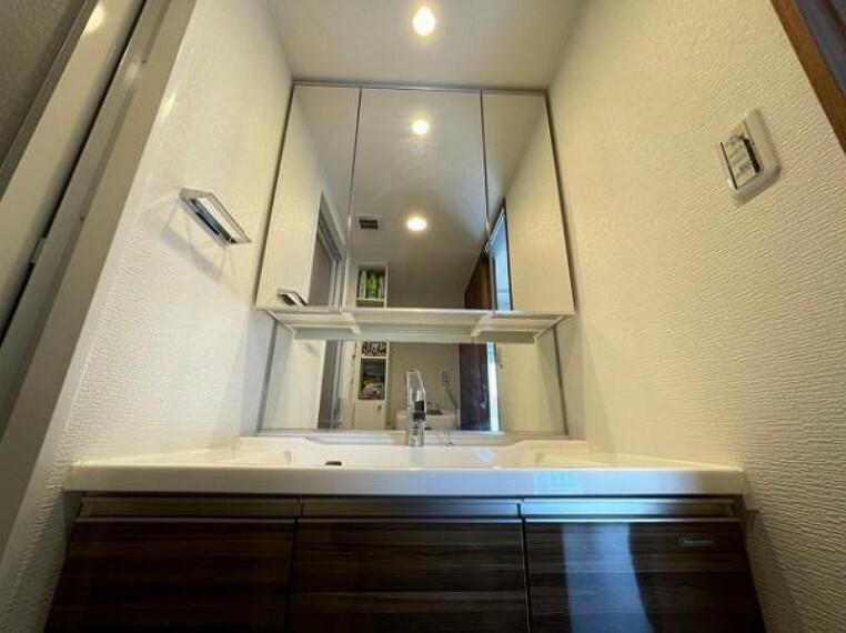 洗面化粧台 大きな鏡で身支度もスムーズに