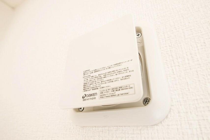冷暖房・空調設備 【24時間換気システム】 家じゅうの空気が入れ替わるよう、ファンなどの器械を使って2時間に1回計画換気。24時間、常に新鮮な空気を維持するためのシステムです。