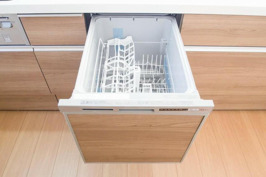 発電・温水設備 【食洗機付き対面式システムキッチン】 『 食洗機 』 料理後の面倒な洗物も解決!高温洗浄で煮沸消毒にも使えるため、乳幼児やご年配の衛生にも役にたち、又、洗った食器置きとして使い広くキッチンを使えます。