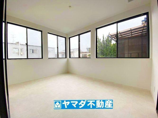 バルコニー 窓・照明付きのサンルームです。室内に物干しスペースを確保しているため、天候や近隣の目も気にならないですね。