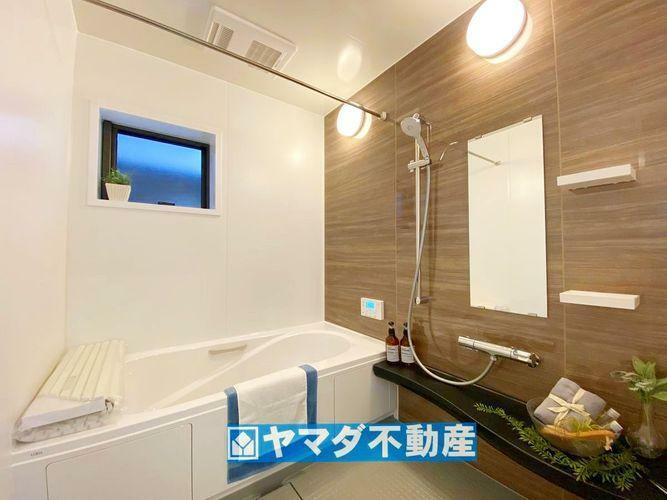 浴室 写真だと分かりにくいですが洗い場がとても広いです 小窓付なので湿気がこもりにくそうですね。