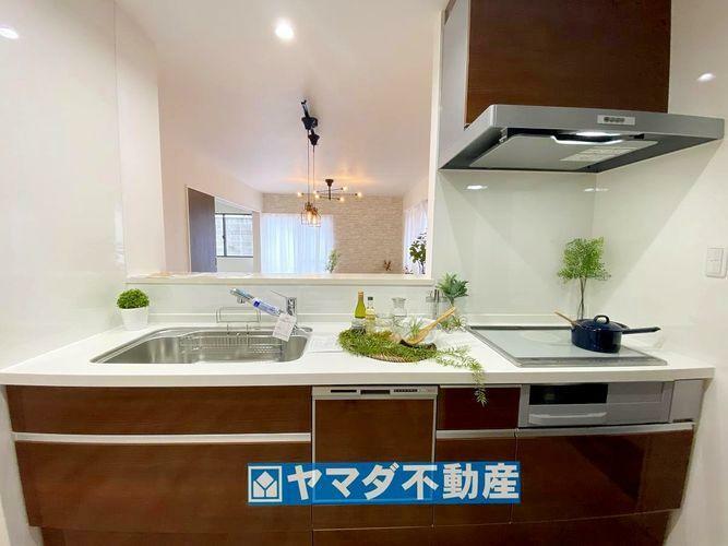 キッチン 収納たっぷりシステムキッチンです。勝手口&浄水機能&食洗器付きです。