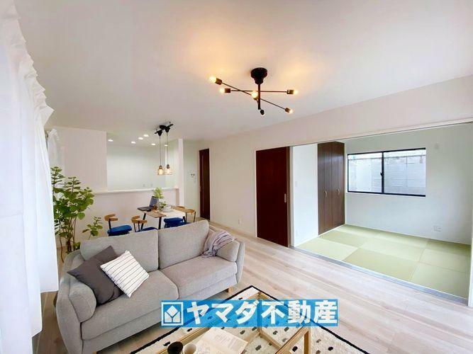 居間・リビング リビング17.6帖の広さに加えて和室の入り口扉を開放すれば、さらに広々とした開放的な空間になりまね。
