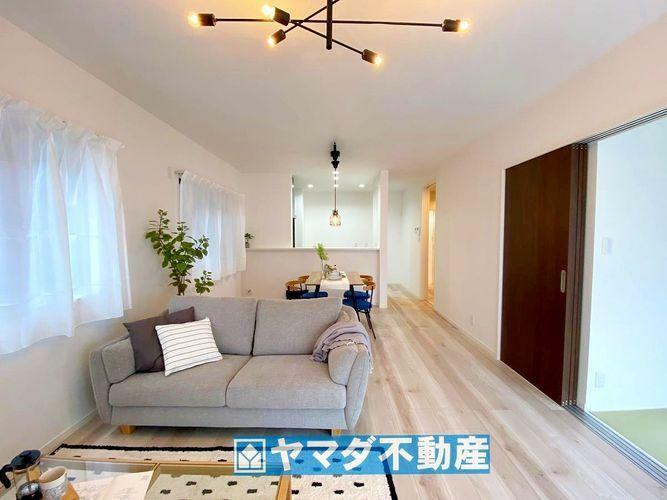 居間・リビング LDK17.6帖。ひろびろとした空間で大人数のご家族でもゆとりがありますね
