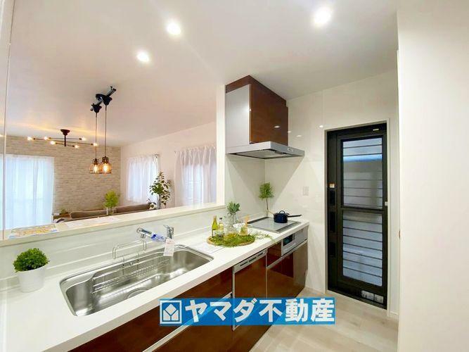 キッチン 勝手口の手前側にはキッチン収納棚があります。