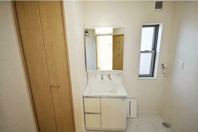 洗面化粧台 スタイリッシュなデザインのシャワー付洗面化粧台。