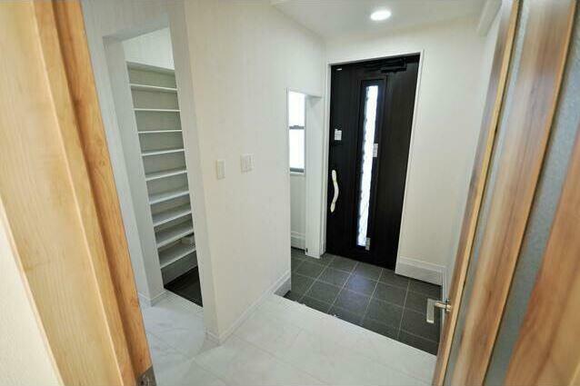 玄関 安心のダブルロックドア。
