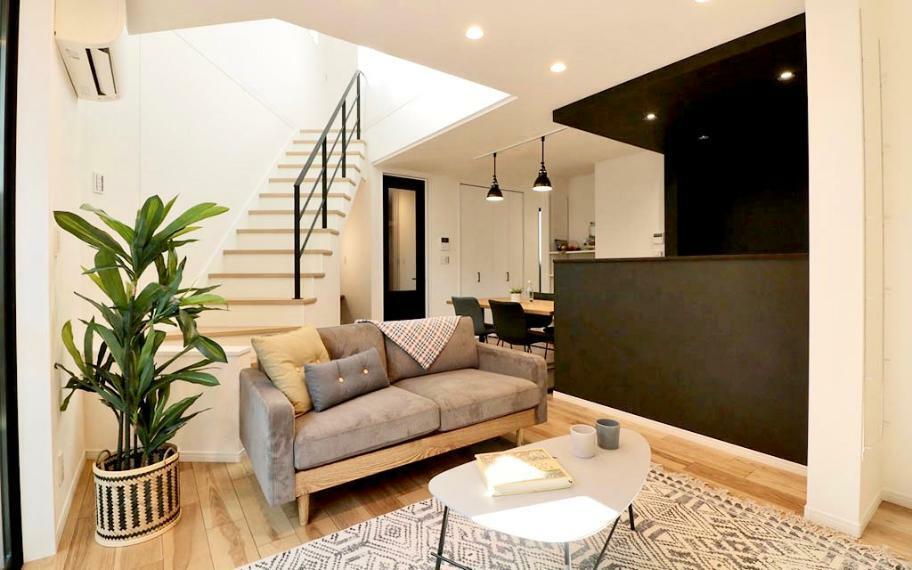 居間・リビング 施工例■三角形のスペースを生かしたリビング階段と吹抜けが、2階のLDKと3階を一体の空間にすることで、違う部屋で過ごす時間も家族の距離を縮めます。