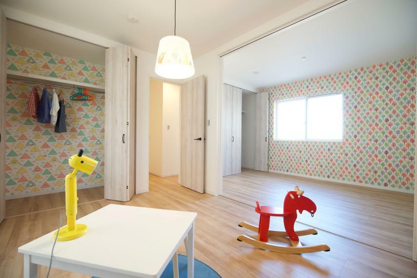 子供部屋 施工例■将来的に2室に分けれる子供部屋は、住み始めはご夫婦・お子様との寝室や兄弟の寝室に利用でき、家族の成長に合わせてそれぞれのお子様のお部屋に分けても利用できる、可変性の高いおススメの間取り配置です
