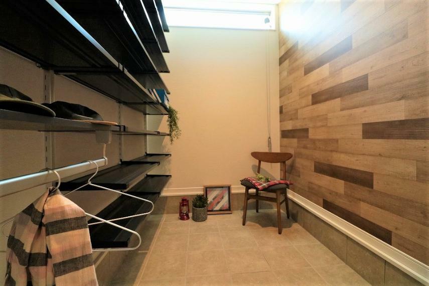 玄関 施工例■大きいシューズクロークは家族分の靴を余裕で収納できます。また、ベビーカーや子供の遊具なども収納でき置き場所に困りません!