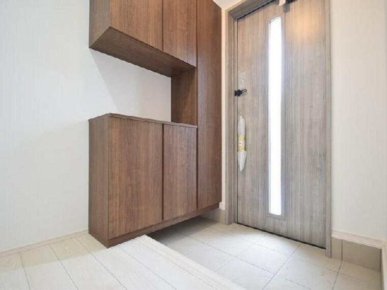 B号棟:玄関(同仕様施工例)・・・シューズボックスが標準で付いております。可動棚になっているので長さのあるブーツやハイヒールなどもきちんと収納可能です。